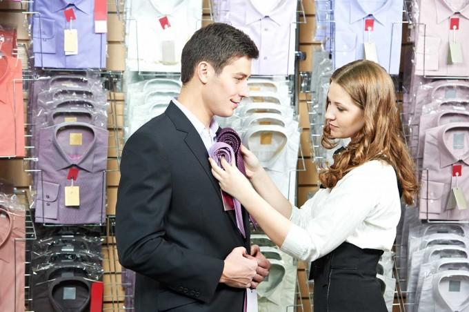 ネクタイを選ぶ女性スタイリスト